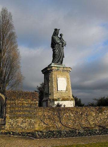 Statue de la vierge noire jardins du prieur de graville vue loign e le havre patrimonial - Piscine foret noire le havre ...